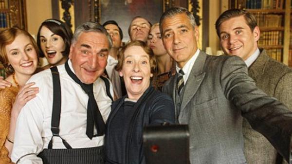Selfie dos atores de Downton Abbey com Geoge Clooney que vistou o set