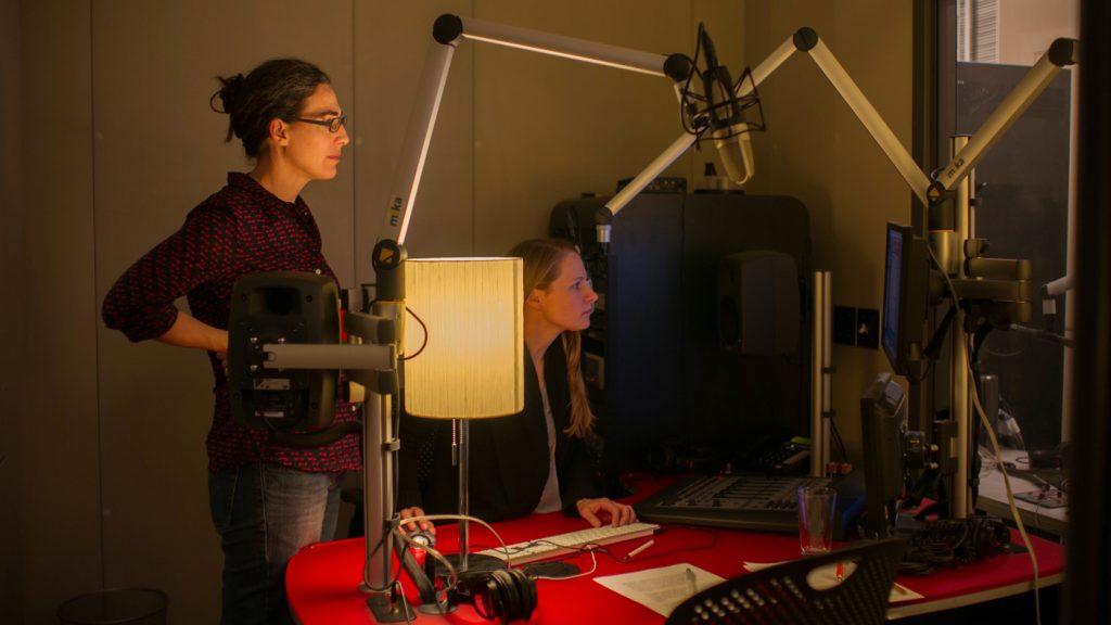 Sarah Koenig (esquerda) e sua produtora Dana Chivvis em uma sessão de gravação do Serial. Programa chegou até mesmo a ser comentado em talk shows nos EUA.